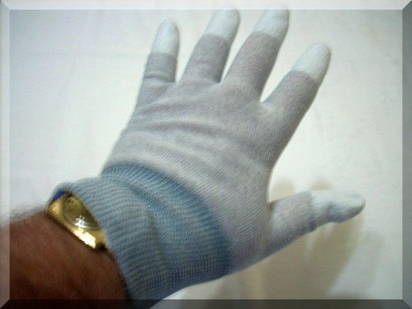 FINGERFIT ANTISTATIC GLOVE IN MEDIUM OR LARGE MEASUREMENTS