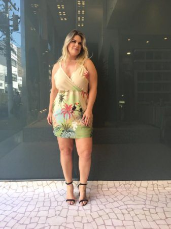 Vestido Plus Size Estampado Tropical Areia