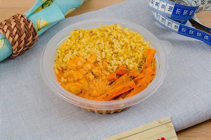 Strogonoff Frango, arroz integral temperado e cenoura