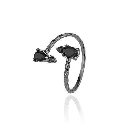 Anel semijoia de falange regulável, com aro torcido e com cristais cravejados nas pontas, banhado em ródio negro
