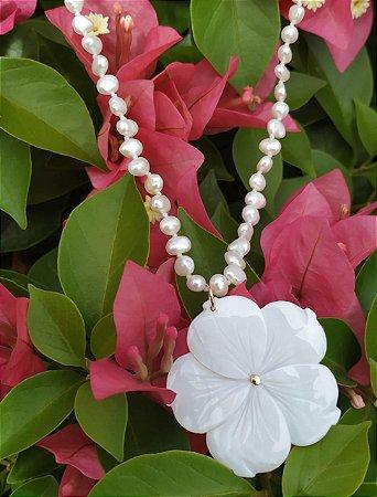 Colar de Pérola com Pingente de Flor Madre Pérola Banho Ouro