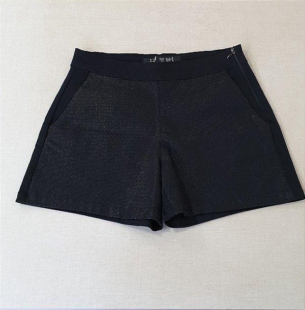 Shorts preto com detalhes