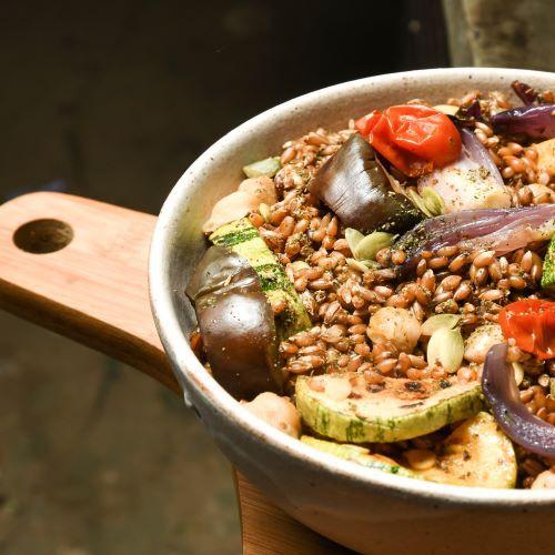BOWL LIBANÊS: legumes assados, grão de bico, centeio e molho de tahini e zaathar