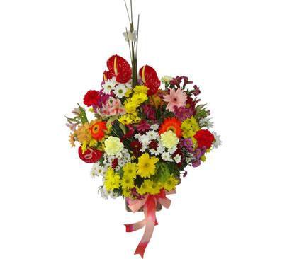 Arranjo de Flores Nobres com Flores do Campo