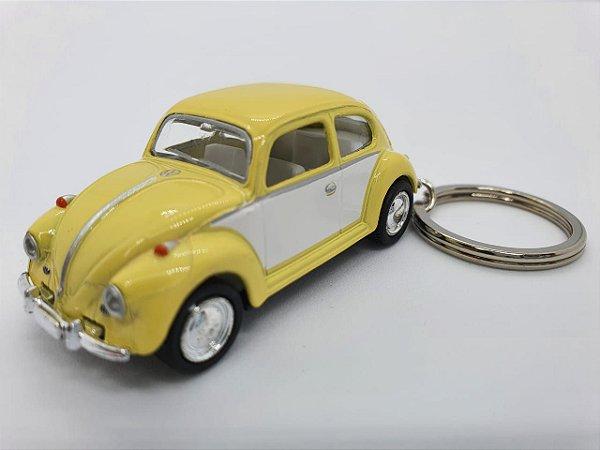 Chaveiro Fusca em Metal com Pneus de Borracha - 8cm - Amarelo e Branco
