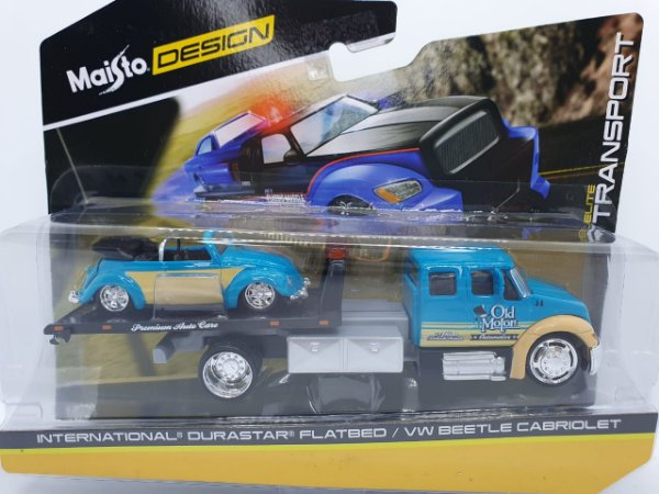 Miniatura International Durastar Flatbed + Volkswagen Beetle Cabriolet - Escala 1/64 - Maisto Elite Transport