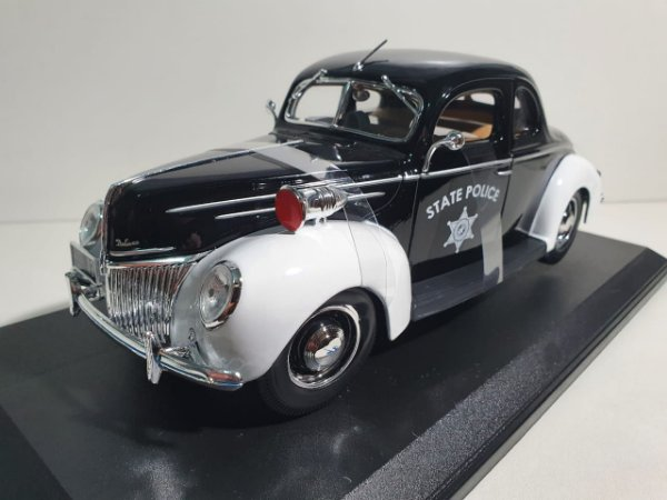 FORD DELUXE POLICIA - SPECIAL EDITION - ASSORTMENT (1939, (1:18)