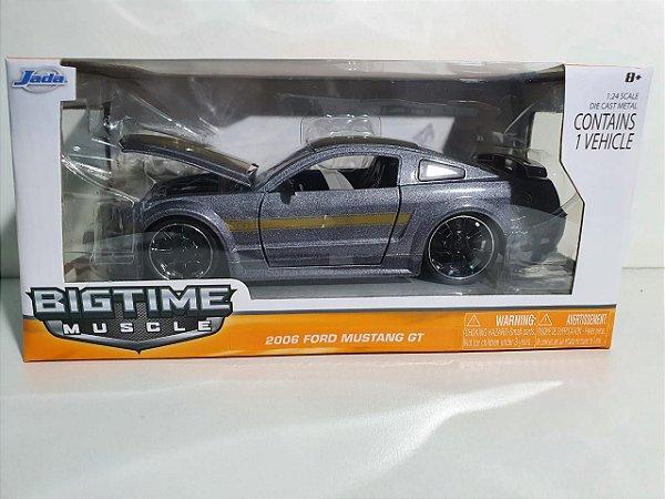Miniatura Ford Mustang GT 2006 - Escala 1/24 - Jada - 20cm