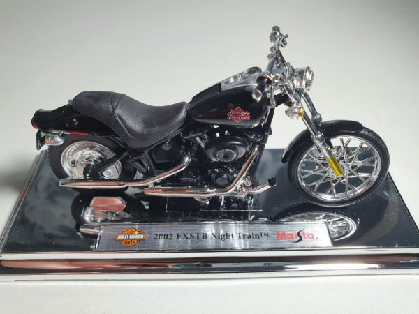Miniatura Moto Harley Davidson FXSTB Night Train 2002 - Escala 1/18