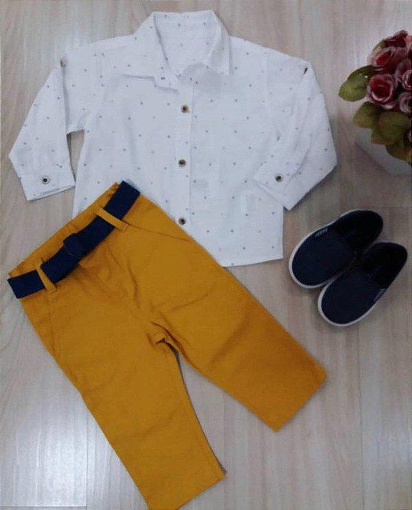 Cj Camisa ML Branca com Mini Barcos/ Calça Sarja Mostarda e Cinto Marinho