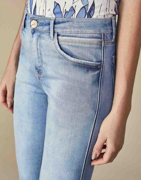 Calça Jeans Cropped com Pesponto na Lateral