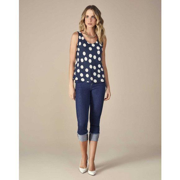 calça jeans cropped com barra desfiada dobrada