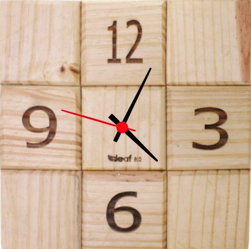 Relógio de Parede Quadrado de Pinus