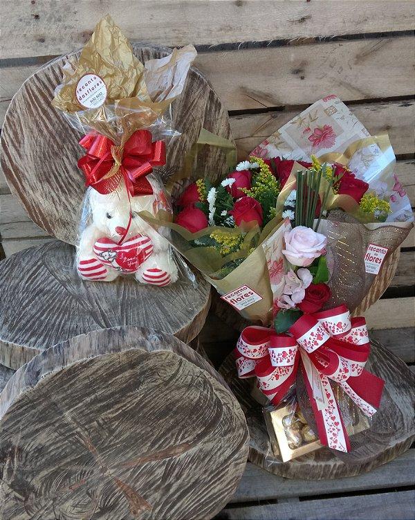Buquê de 12 Rosas com Ferrero Rocher e Bichinho de Pelúcia