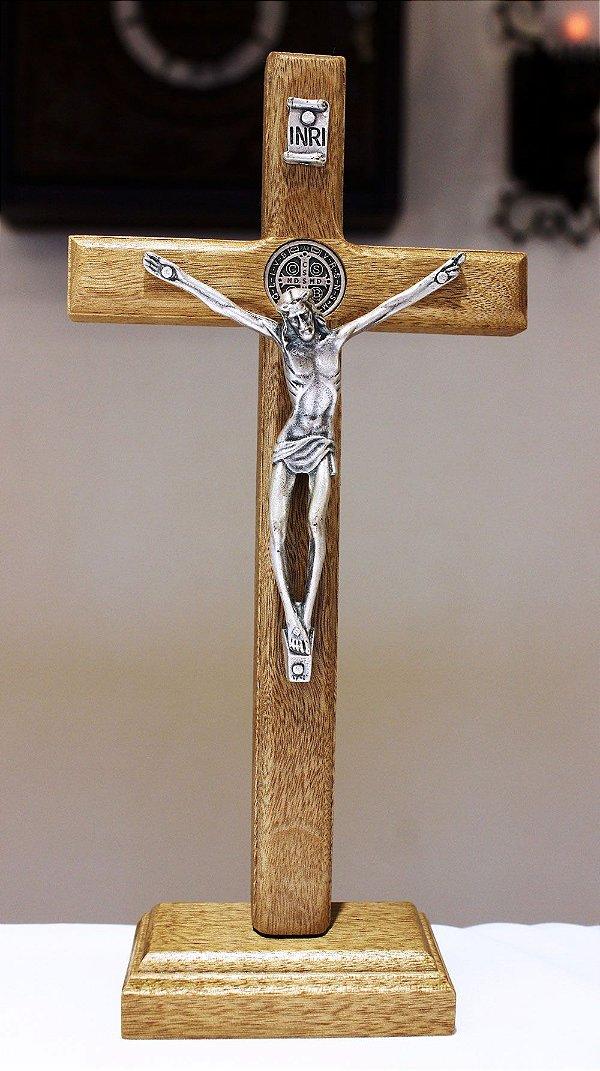 Crucifixo Madeira Mesa ou Parede (20,5cm) Com São Bento - PV