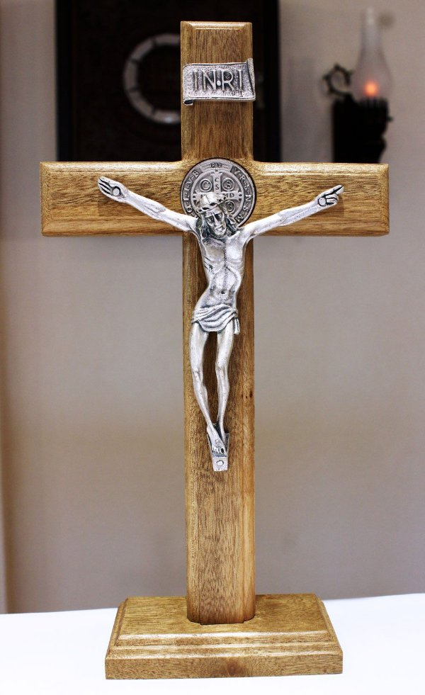 Crucifixo Madeira Mesa ou Parede (27,5cm) Com São Bento - PV