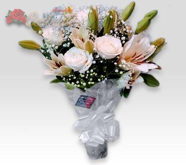 Encanto de Lírios e Rosas Brancas