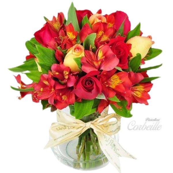 Rosas e Astromélia Vermelhas no Vaso de Vidro