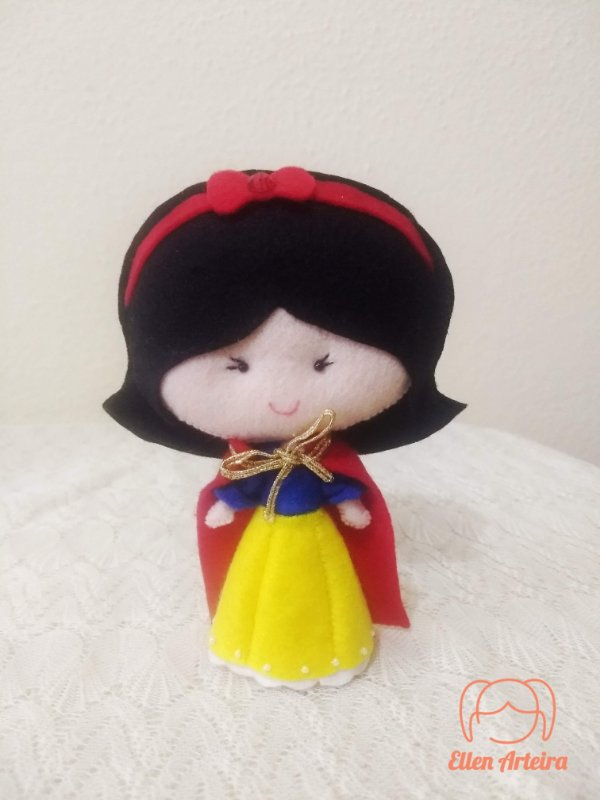 Boneca em Feltro Branca de Neve - 15 cm