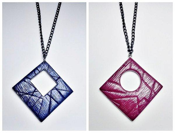 Colar formato losango vermelho marsala e azul escuro
