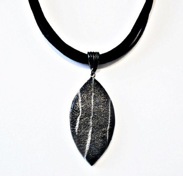 Gargantilha com pingente texturizado preto