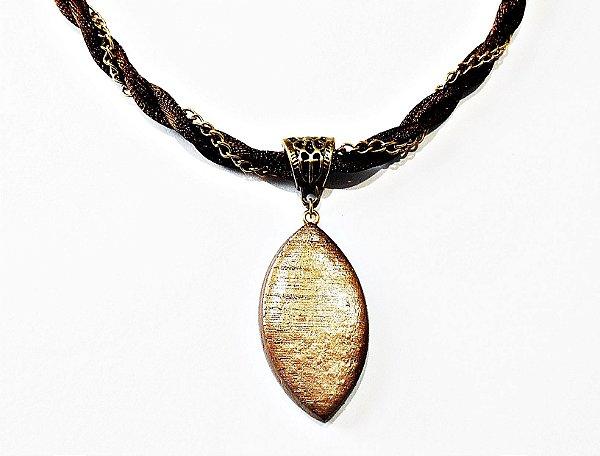 Gargantilha com detalhe em corrente dourada