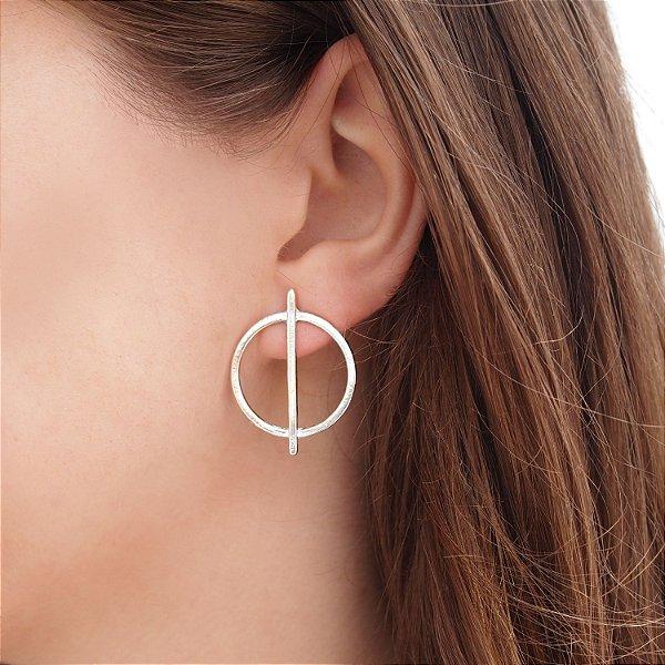 Brinco geométrico círculo com linha banho ródio hipoalergênico