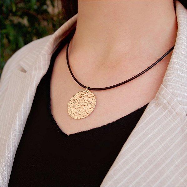 Colar de couro feminino chapa redonda estilizada folheado a ouro 18K hipoalergênico