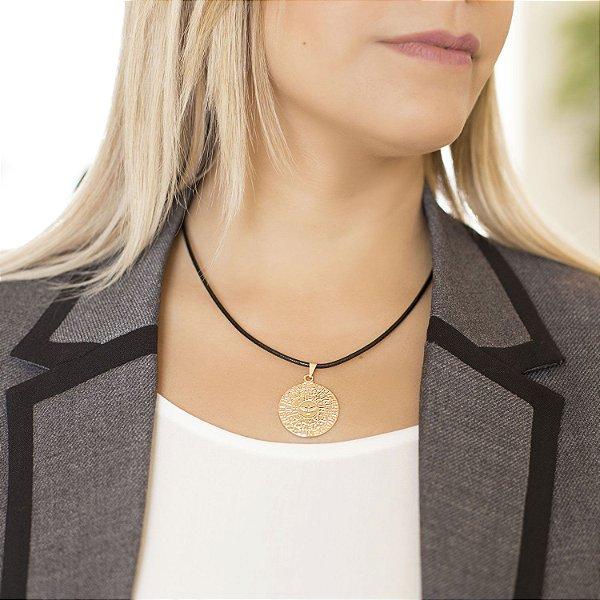 Colar medalha Espírito Santo couro preto acabamento folheado a ouro 18K hipoalergênico