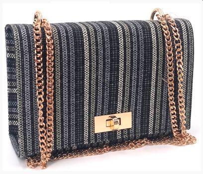 Bolsa Pequena de tecido azul preta e cinza com alça e fechamento dourado