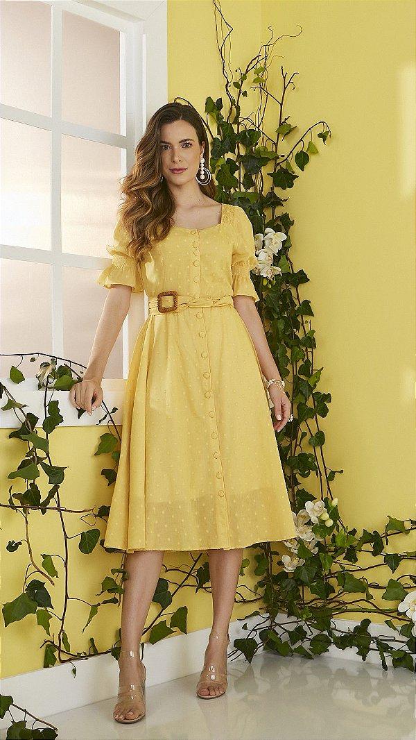 Vestido Midi Amarelo Com Alto Relevo Em Poá E Abertura Em Botões Encapados Acompanha Cinto Jany Pim - V501024