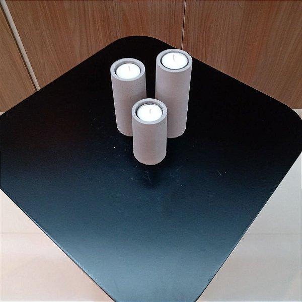 Jogo de castiçais em cimento com velas de rechaud