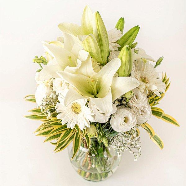 Arranjo de flores brancas em Vaso de vidro