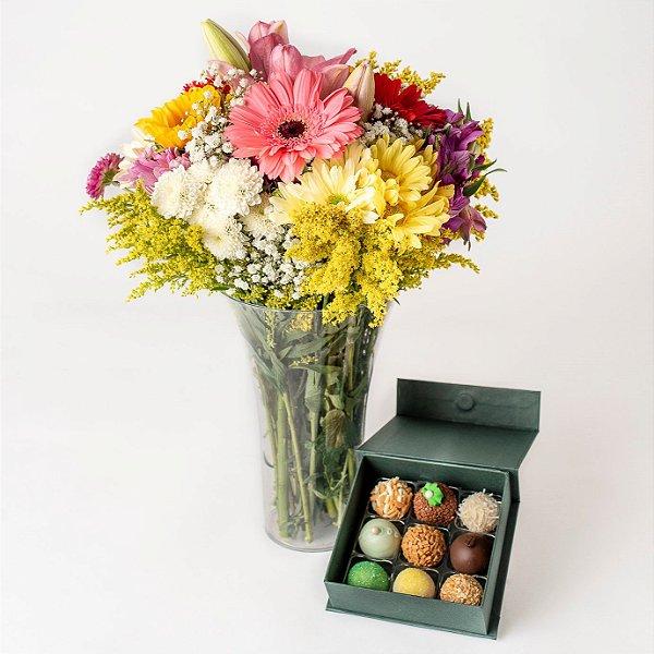 Arranjo de Flores com vaso em acrílico e Doces Finos