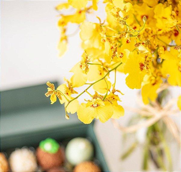 Arranjo de flores Chuva de Ouro com Caixa de Doces finos sortidos