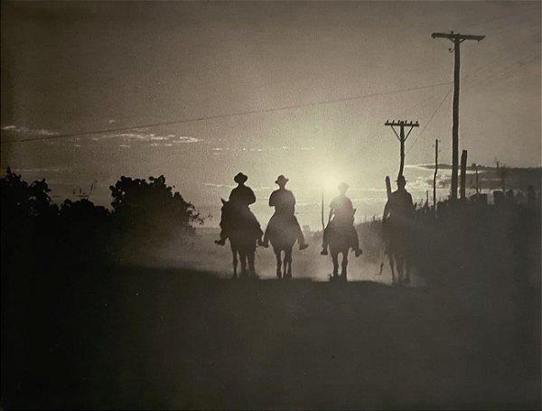 JEAN LECOCQ - Fotógrafo Premiado - Fotografia Original , Homens do Campo ao Nascer do Sol - 40x29cm