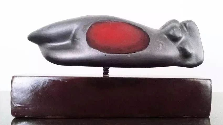 Beth Turkieniez - Escultura em Alumínio - Figura Feminina Alusiva Maternidade,  Assinada