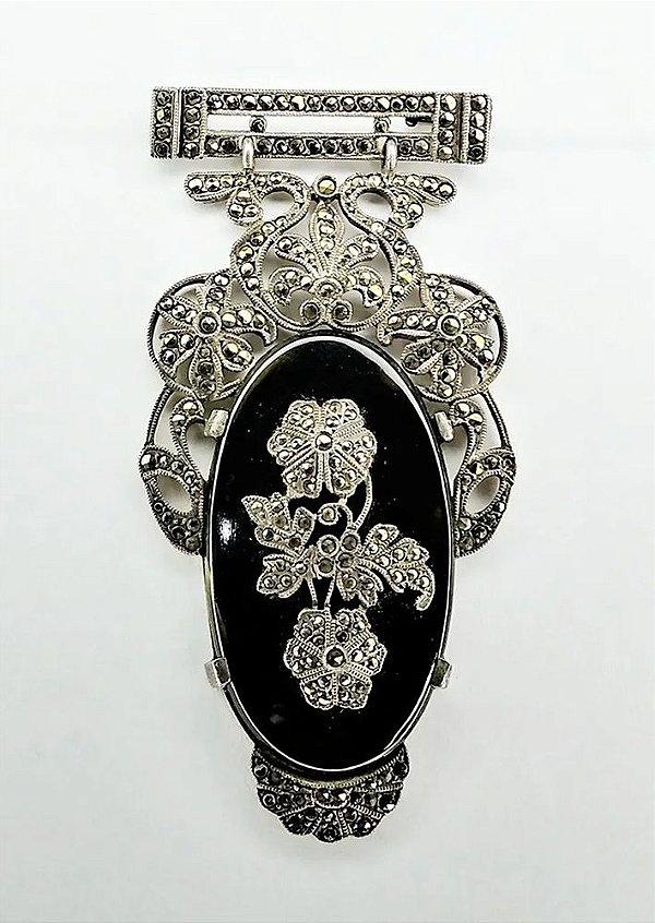 Magnífico Broche Antigo em Prata, Ônix e Marcassita,  6,3cm x 3cm