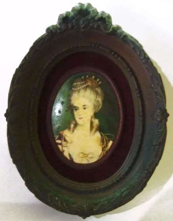 Figura De Dama Antiga - Miniatura Com Moldura Oval