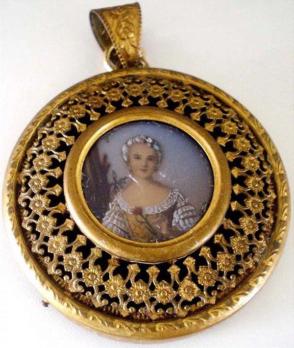Antiga Pintura Em Miniatura, Figura de Dama, Moldura em Metal Filigranado, Vidro Bombê