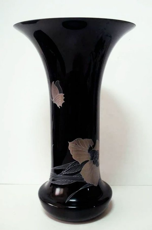 Vaso em Cristal Preto Pintado a Mão com Prata, Motivo Floral e Borboleta, Assinado Leonard