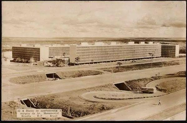 Brasilia - Blocos de Apartamentos na Av. Monumental com Onibus, Cartão Postal Antigo Original