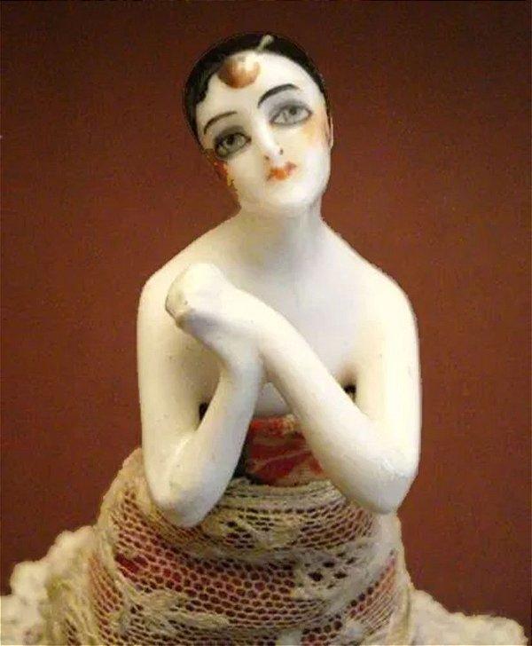 Escultura em Porcelana Alemã, Original do Período Art Deco, Melindrosa