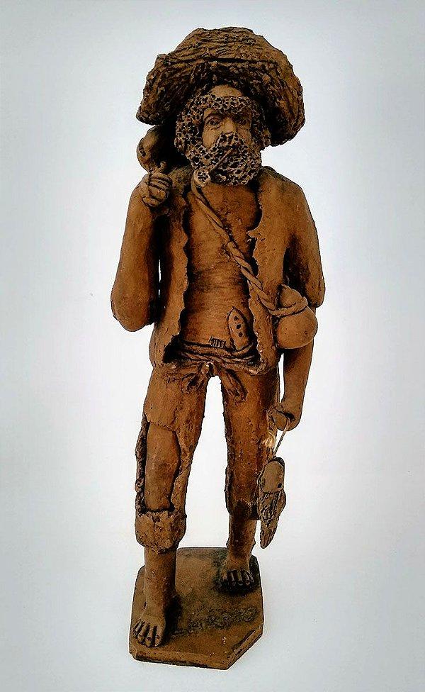 Lazaro - Escultura em barro assinada pelo artista, figura de pescador