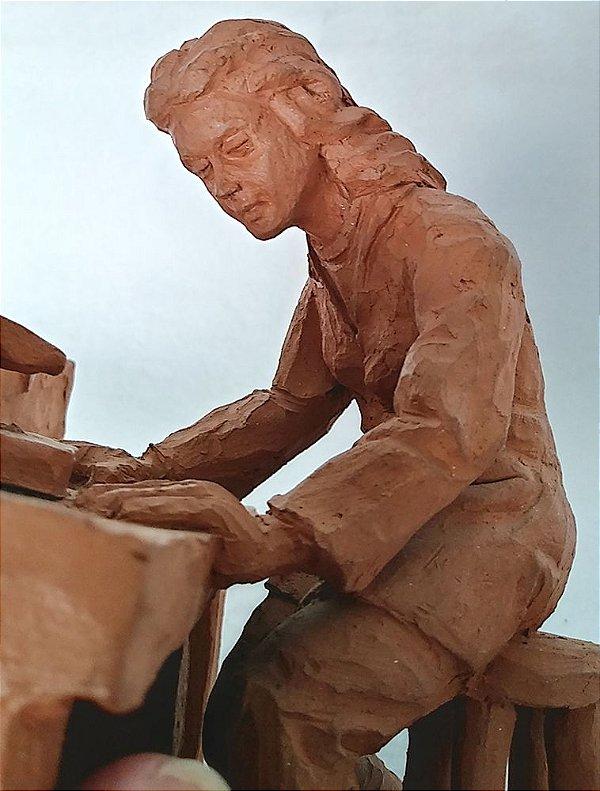 Escultura de Barro Assinada Polachini - Mulher no Laboratório