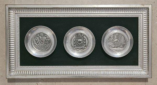 IV Centenário de São Paulo - Quadro com 3 Pratos em Metal com Relevo - 50x27cm