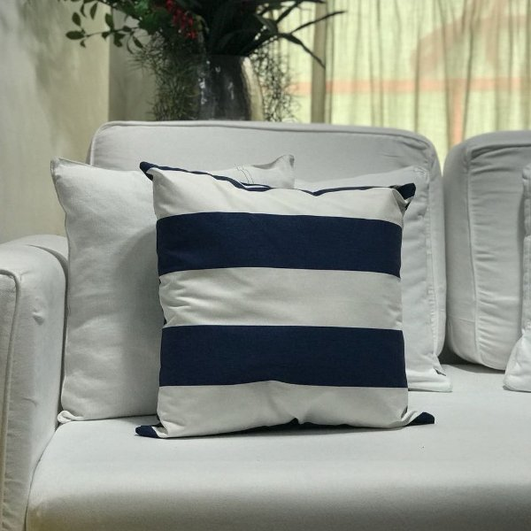 Almofada sarja listrada azul marinho e branco