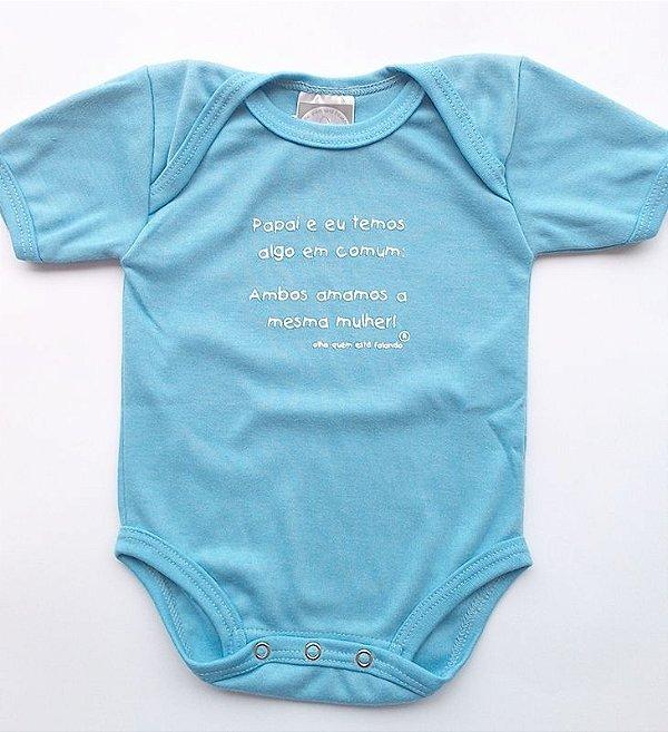 Body divertido, manga curta, Papai e eu temos algo em comum, azul, tamanho M (4-8 meses), da Olha Quem Está Falando