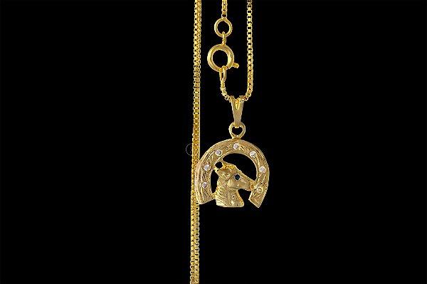 Corrente Veneziana 1.0 - Fecho Bóia (1MM) -70cm - 4g + Pingente  Ferradura Cravejado 8 Pedras - 1,6 X 1,9cm - Banhado a ouro 18k
