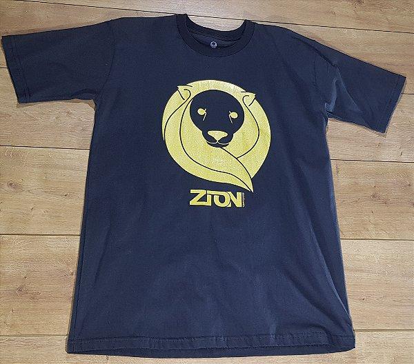 Camiseta Zion Preta Logo Dourado